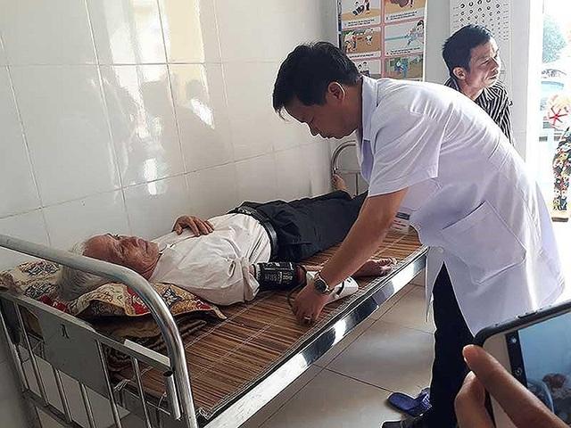Người dân khám, chữa bệnh tại trạm y tế xã. Ảnh: HP