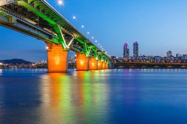 Gangnam là một quận nằm ở phía Nam sông Hán Giang ở Seoul (Hàn Quốc). Nó được nối với khu vực phía Bắc và trung tâm Seoul thông qua những cây cầu.