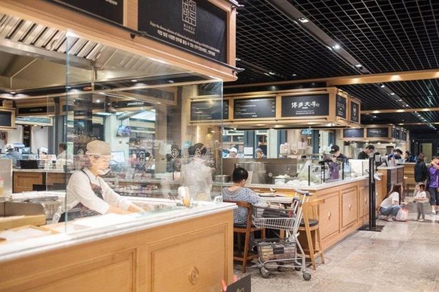 Bên trong tầng hầm của Galleria, có nhà hàng Gourmet 494. Tại đây, có nhiều quầy hàng ăn cao cấp phục vụ đồ ăn châu Á và nhiều nước trên thế giới.