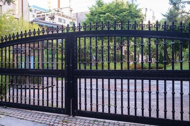 Xung quanh công viên Cheongdam có nhiều căn nhà sang trọng với cổng tuyệt đẹp.