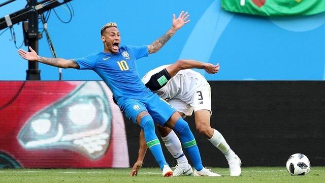 Neymar ăn vạ lộ liễu trong trận đấu với Costa Rica