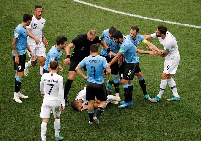 Pha ăn vạ đáng trách của Mbappe đã gây ra sự xô xát giữa cầu thủ hai đội