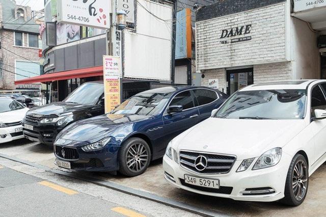 Điều dễ nhận thấy khi đi trên các con đường ở Gangnam là những chiếc xe đắt tiền của các thương hiệu Mercedes, Audi, Maserati, Tesla, Ranger Rover...