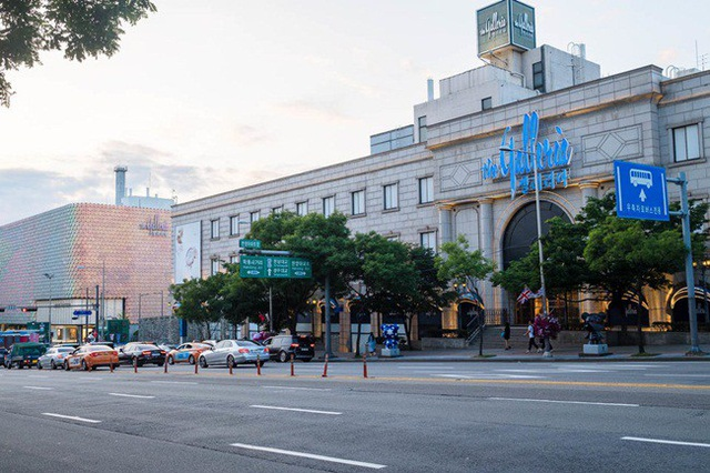 Nằm trên phố Apgujeong Rodeo là trung tâm mua sắm Galleria nổi tiếng nhất Hàn Quốc. Nơi đây bán các sản phẩm hàng hiệu cao cấp.