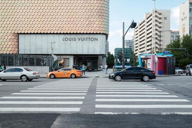 Bên trong trung tâm mua sắm Galleria có sự hiện diện của rất nhiều thương hiệu như Prada, Gucci, LV...