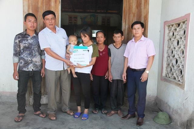 Thay mặt PV Dân trí, ông Đặng Hữu Biền - PCT UBND xã Thanh Hà và ông Hoàng Cao Phơn - Chủ tịch MTTQ xã Thanh Hà trao số tiền đến gia đình chị Phan Thanh Huyền.