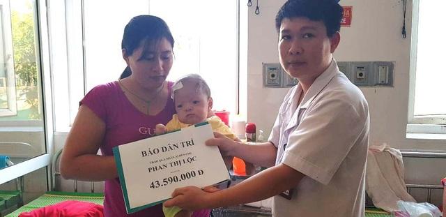 Bác sĩ Phan Ngọc Ánh đã thay mặt PV Dân trí trao số tiền 43.590.000 đồng cho mẹ con chị Phan Thị Lộc đang nằm điều trị tại BV Sản - Nhi Nghệ An.