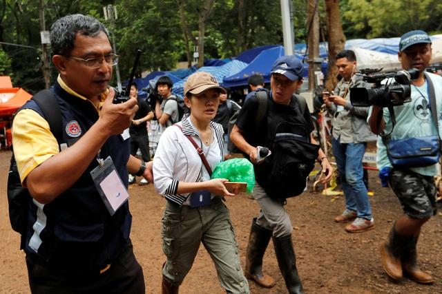 Người nhà các thành viên đội bóng đã được thông báo về kế hoạch sơ tán. Giới chức Thái Lan muốn họ hỗ trợ chiến dịch cứu hộ. Trong ảnh: Người thân của một thành viên trong đội bóng tới hang Tham Luang. (Ảnh: Reuters)