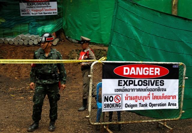 Khu vực trước cửa hang Tham Luang bị phong tỏa và có các binh sĩ đứng canh gác. (Ảnh: Reuters)
