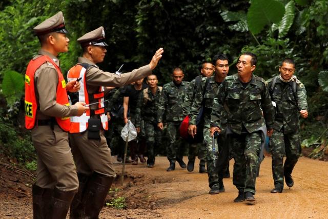 Chỉ huy chiến dịch giải cứu đội bóng cho biết tất cả 18 thợ lặn đều là những thợ lặn đẳng cấp quốc tế và 5 thợ lặn Thái Lan là những người xuất sắc nhất trong đội cứu hộ của Thái Lan. Trong ảnh: Các binh sĩ Thái Lan tập hợp tại hang Tham Luang khi chiến dịch giải cứu đội bóng bắt đầu. (Ảnh: Bangkok Post)