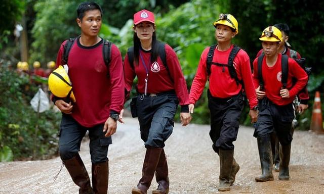 Thái Lan chưa xác nhận liệu những người mắc kẹt có phải lặn qua những lối đi ngập nước trước khi ra khỏi hang hay không, nhưng cho biết nước đã rút xuống mức đủ để đội bóng đi bộ được ra ngoài. Trong ảnh: Đội cứu hộ Thái Lan xuất hiện tại hang Tham Luang sáng nay. (Ảnh: Reuters)