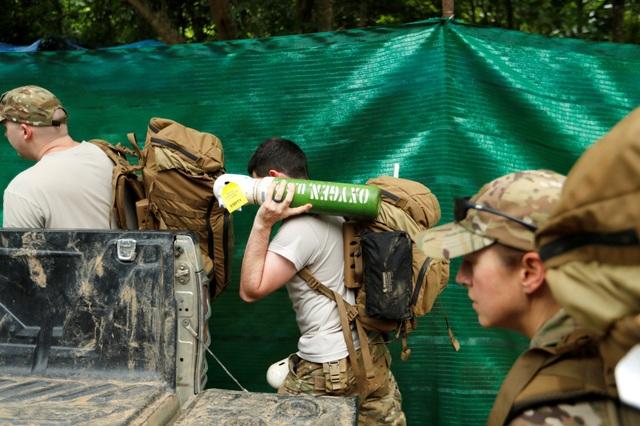 Thiếu tướng Changlongchai Chaiyakorn, một chỉ huy quân sự của Thái Lan, cho biết chiến dịch giải cứu đội bóng có thể kéo dài từ 2-3 ngày, phụ thuộc vào các yếu tố khác như thời tiết. Trong ảnh: Binh sĩ Mỹ vác bình oxy tiến vào hang Tham Luang. (Ảnh: Reuters)