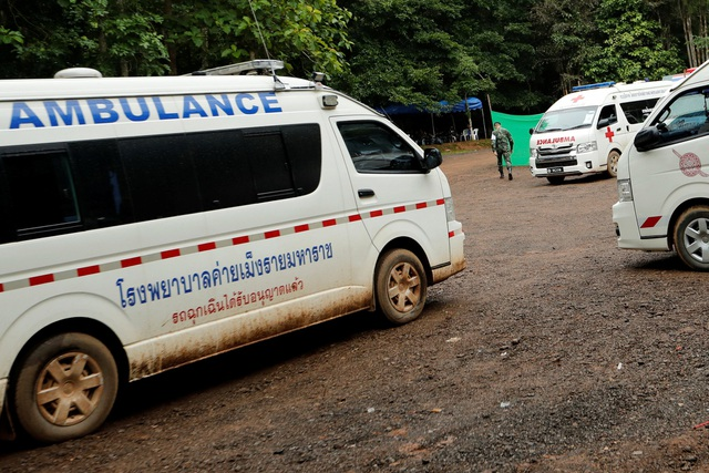 Một số nguồn thạo tin cho biết chiến dịch giải cứu sẽ chia thành 2 giai đoạn, trong đó giai đoạn đầu tiên sẽ đưa 4 cậu bé ra trước. Các cầu thủ này sẽ được đưa đến trạm tiếp tế ở hốc thứ 3 cách cửa hang khoảng 2km và tiếp tục được đưa ra ngoài bằng cáng. Trong ảnh: Xe cứu thương chờ sẵn bên ngoài hang Tham Luang. (Ảnh: Reuters)