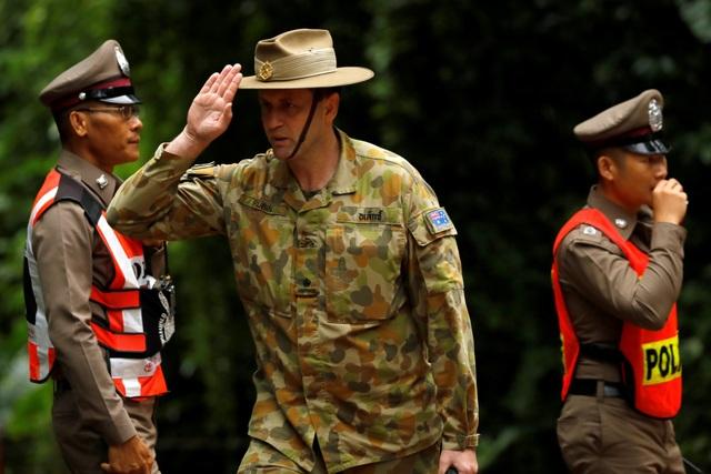 Giới chức Thái Lan cho biết sức khỏe của các thành viên đội bóng ổn định và tất cả đều quyết tâm ra khỏi hang cùng đội cứu hộ. Trước khi chiến dịch giải cứu bắt đầu, một bác sĩ Australia đã kiểm tra sức khỏe cho cả đội. Trong ảnh: Một quân nhân Australia tiến vào hang Tham Luang sáng 8/7. (Ảnh: Reuters)