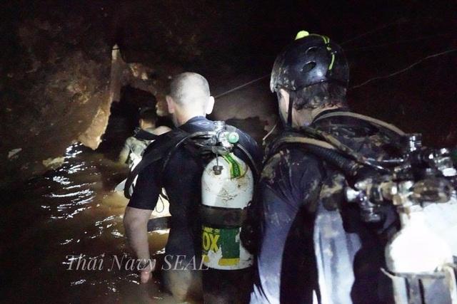 Các thợ lặn tiến vào hang Tham Luang trong chiến dịch giải cứu đôi bóng (Ảnh: Reuters)