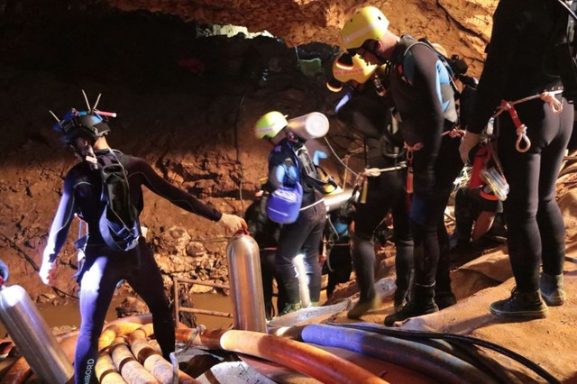 Các thợ lặn tham gia chiến dịch giải cứu đội bóng tại hang Tham Luang (Ảnh: Nation)