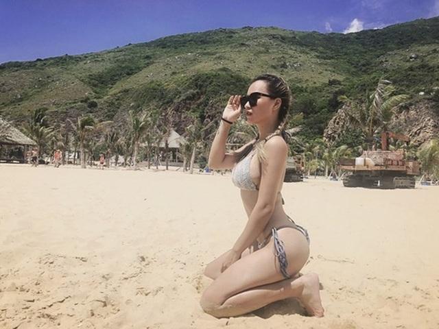 Kiểu tạo dáng ngồi bambi trên bãi biển của DJ Tít