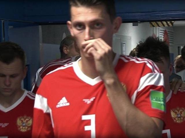 Hình ảnh ghi lại cầu thủ Nga hít chất cấm trước trận đấu với Croatia ở tứ kết World Cup 2018