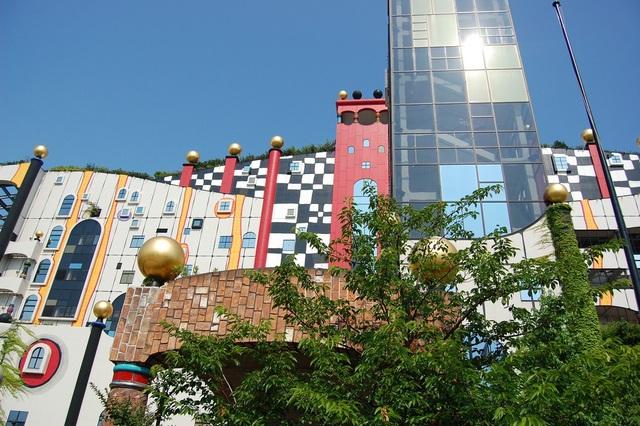 Công trình được thiết kế bắt mắt với những mảng tường nhiều màu sắc