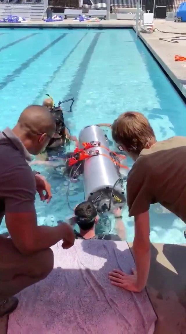 Theo tỷ phú Elon Musk nếu tàu ngầm không thể sử dụng được trong vụ giải cứu tại Thái Lan, nó vẫn có thể được dùng cho các dịp khác trong tương lai. Hiện chưa có thông tin xác nhận từ giới chức Thái Lan về việc sẽ sử dụng tàu ngầm này trong chiến dịch giải cứu. (Ảnh: Reuters)