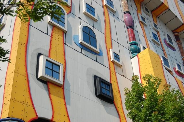 Những ô cửa sổ nhiều màu sắc sặc sỡ