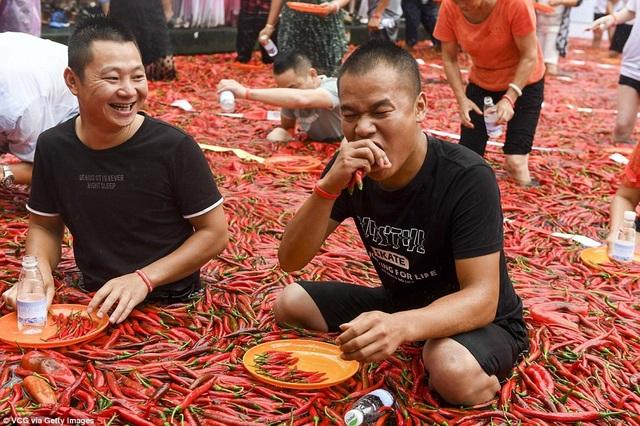 Nhiều người vừa ăn vừa xuýt xoa vì quá cay và nóng
