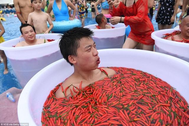 Ngâm mình trong chậu lớn chứa đầy ớt cay cũng là thử thách khó nhằn