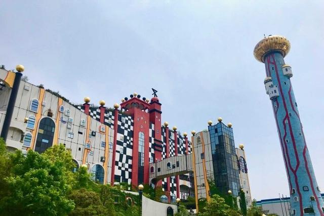 Mô hình mô phỏng tàu vũ trụ nằm trên tòa tháp