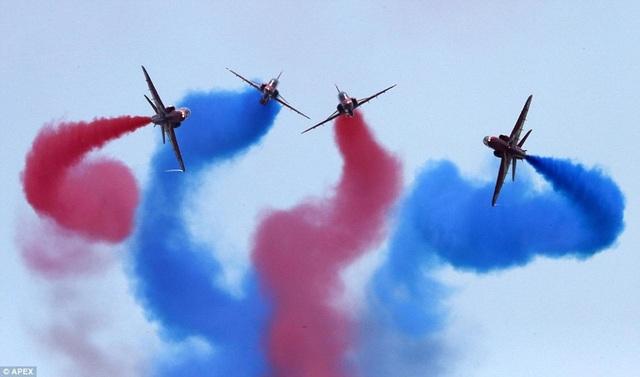 Ngày hội Không quân quốc tế Yeovilton tại Somerset, Anh năm nay được tổ chức tại Somerset vào ngày 7/7. Trong ảnh: Đội bay Red Arrows (Mũi tên Đỏ) phô diễn khả năng nhào lộn. (Ảnh: APEX)