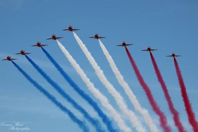 Phi đội Red Arrows bay thành đội hình giống mũi tên. (Ảnh: Connor Bone)