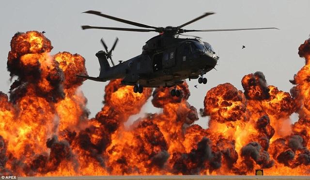Khoảng 40.000 khán giả đã tới Căn cứ Hải- Không quân Anh để theo dõi các tiết mục trình diễn của hàng loạt máy bay nổi tiếng tại ngày hội không quân. Trong ảnh: Trực thăng Merlin của Lực lượng trực thăng thuộc Hải quân Hoàng gia Anh. (Ảnh: APEX)