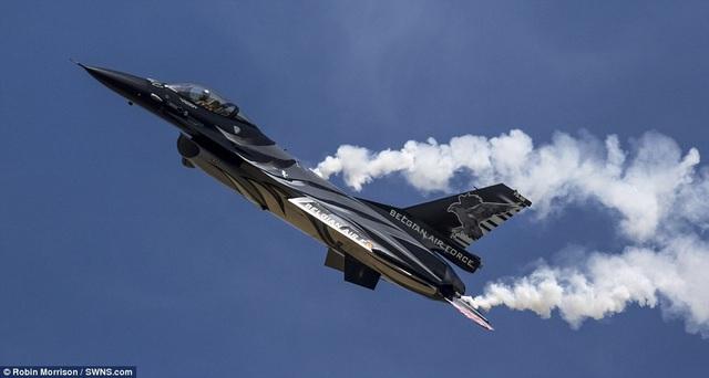 Ngoài không quân Anh, lực lượng không quân của một số nước châu Âu như Bỉ, Canada, Pháp cũng triển khai các máy bay tham gia ngày hội không quân ở Anh. Trong ảnh: Máy bay F-16 của Không quân Bỉ phô diễn sức mạnh tại Somerset. (Ảnh: SWNS)