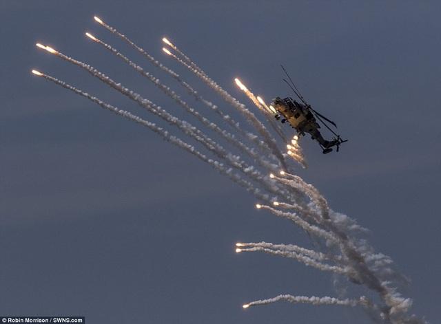 Thông báo của đơn vị tổ chức cho biết mục tiêu của sự kiện không quân quốc tế tại Anh nhằm giới thiệu những phi công giỏi nhất và máy bay tốt nhất thế giới. Trong ảnh: Uy lực của trực thăng Wildcat (Ảnh: SWNS)