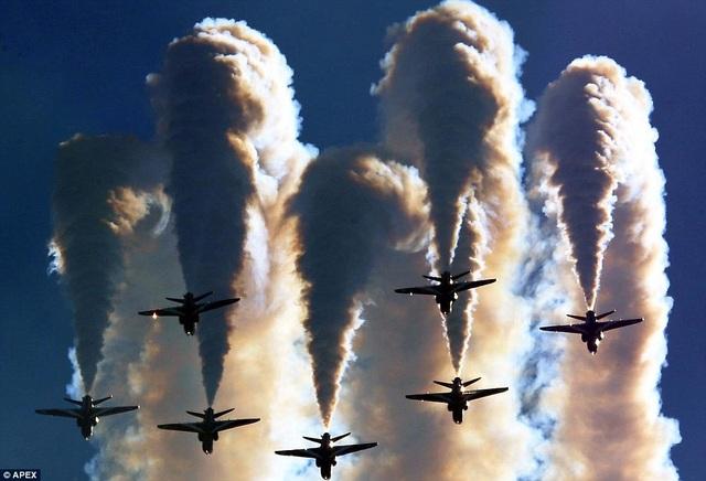 Một khoảnh khắc ấn tượng của đội bay Red Arrows. (Ảnh: APEX)
