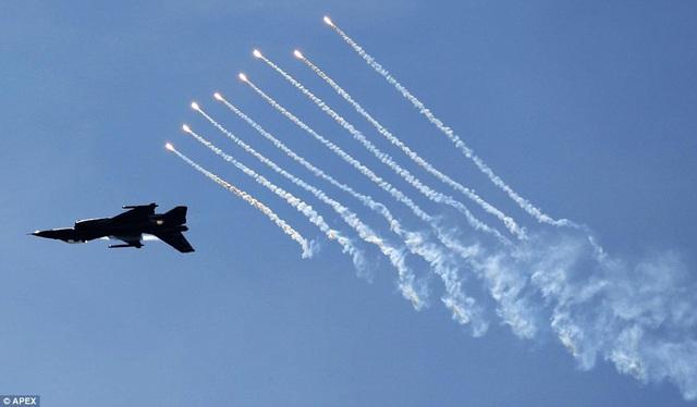 Máy bay F-16 Falcon phóng pháo sáng chống tên lửa. (Ảnh: APEX)