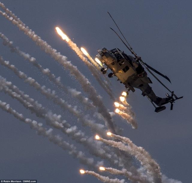 Tiết mục trình diễn của trực thăng tại ngày hội không quân ở Anh. (Ảnh: SWNS)
