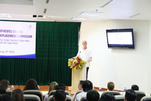 Các bác sĩ New York hướng dẫn về các kỹ thuật thay khớp vai toàn phần - một kỹ thuật tiên tiến mới mẻ lần đầu được truyền thụ cho các BS Việt Nam