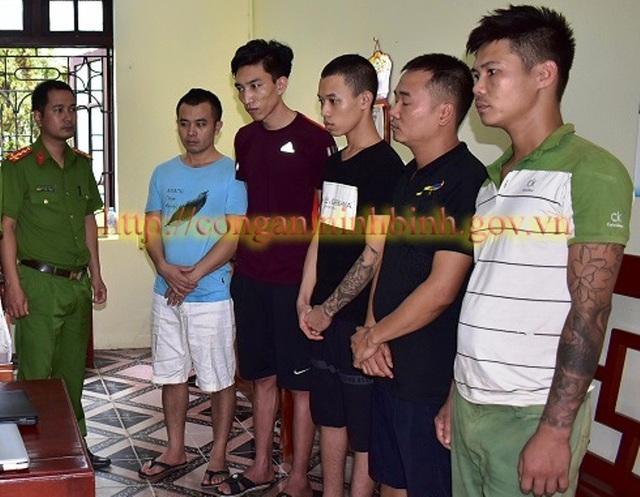 Các đối tượng tham gia cá độ bóng đá số tiền 1 tỷ đồng bị Công an Nho Quan bắt giữ.