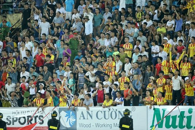 Sự cố sân Thiên Trường và bài học cho công tác an ninh tại V-League - 1