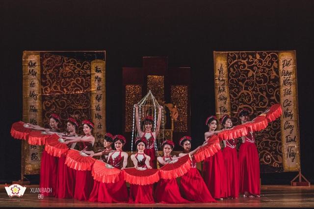 Phần trình diễn thời trang Việt Nam thu hút sự chú ý của nhiều du khách tham dự.