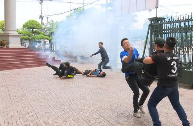 Nhận được tin báo khẩn cấp, Cảnh sát cơ động Ninh Bình nhanh chóng có mặt chiến đấu với những tên cướp manh động sử dụng vũ khí nguy hiểm. Cảnh sát cơ động đã nổ súng chỉ thiên để trấn áp các tên cướp, tuy nhiên chúng vẫn ngoan cường chống trả lại.