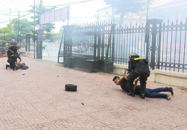 Các đối tượng sử dụng hung khí cũng bị quật ngã nhanh chóng trước sự mưu trí của lực lượng cảnh sát cơ động.