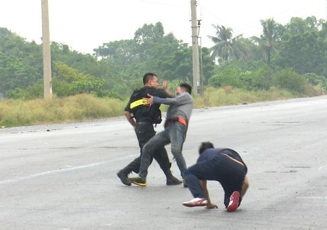 Lực lượng cảnh sát cơ động có mặt kịp thời khống chế. Những tên cướp đã giằng co, chống trả lại sự truy bắt.