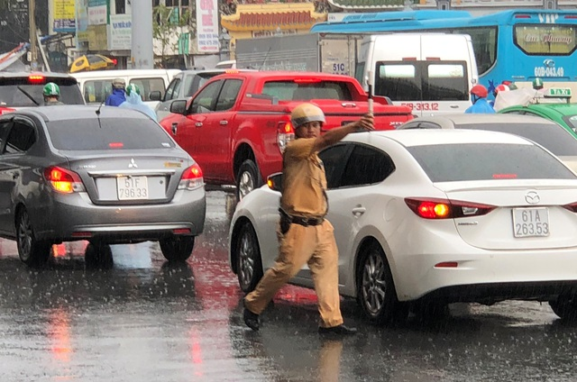 CSGT dầm mưa giải tỏa ùn tắc giữa giờ cao điểm - 4