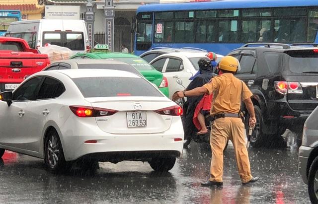 CSGT dầm mưa giải tỏa ùn tắc giữa giờ cao điểm - 3