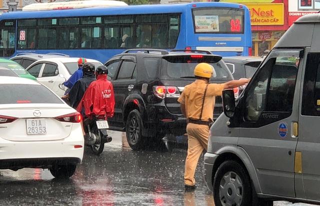 CSGT dầm mưa giải tỏa ùn tắc giữa giờ cao điểm - 2