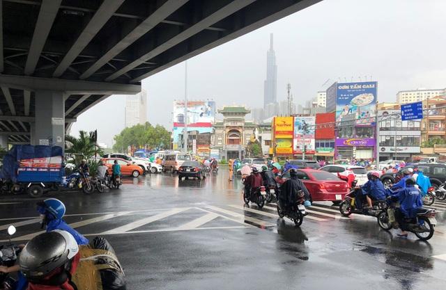 Nút giao thông Hàng Xanh được gỡ tắc sau khi lực lượng CSGT có mặt điều tiết, phân luồng.