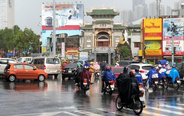CSGT dầm mưa giải tỏa ùn tắc giữa giờ cao điểm - 5