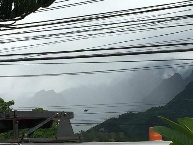 Trực thăng đáp xuống khu vực hang Tham Luang, sẵn sàng cho chiến dịch cứu hộ.