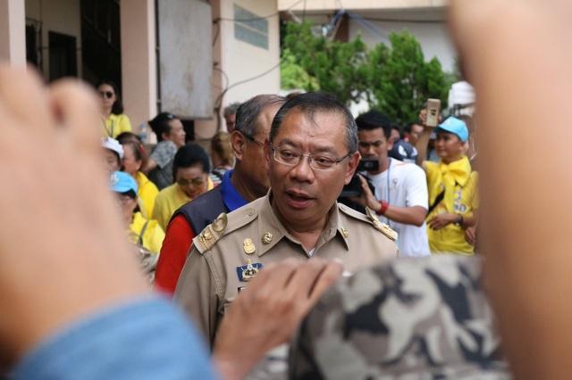 Thống đốc Narongsak Osatanakorn trong cuộc họp báo (Ảnh: AFP)